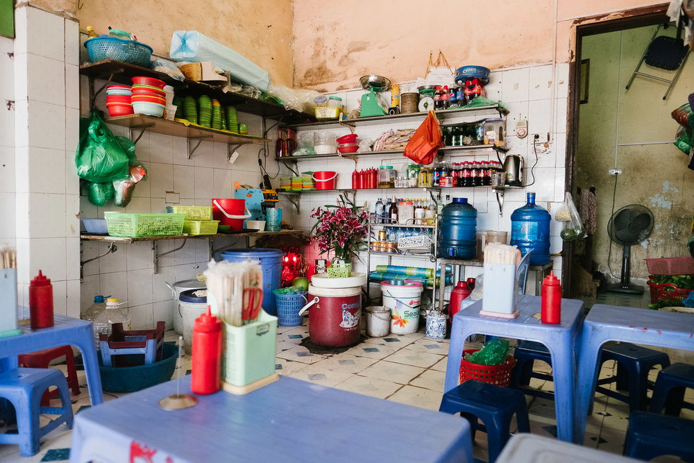 vietnam-street-food-stalls-little-chairs