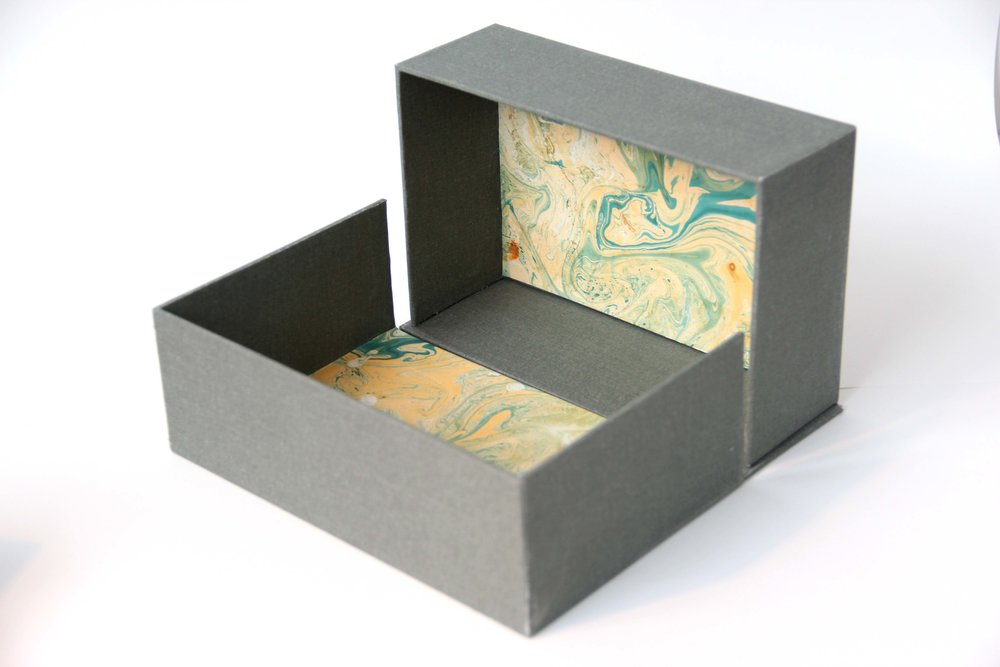 DROPBACK BOX - Also known as a clamshell box, solander box or tray box, these boxes can be made to house books, prints, USBs or other objects. As it's made up of several parts, several colours can be used in one box.