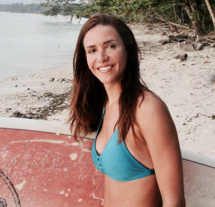 Marina Diaz Ibarra -  Actualmente en Bali   Marina es profesora de Vinyasa yoga,ávida surfista y economista de Argentina. Le encanta estar al aire libre y viajar es su adicción no tan secreta. En su tiempo libre la encontrás leyendo un libro tomando un cafe descafeinado o practicando yoga en su mat de viajes. Es nuestra embajadora en Bali.