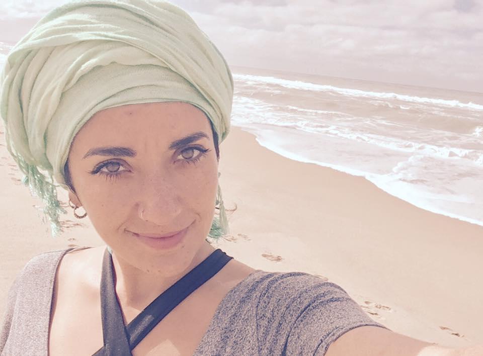 Maya Raad   Instructora de Yoga con5 años de experiencia enseñando. Co-fundadora KAM.