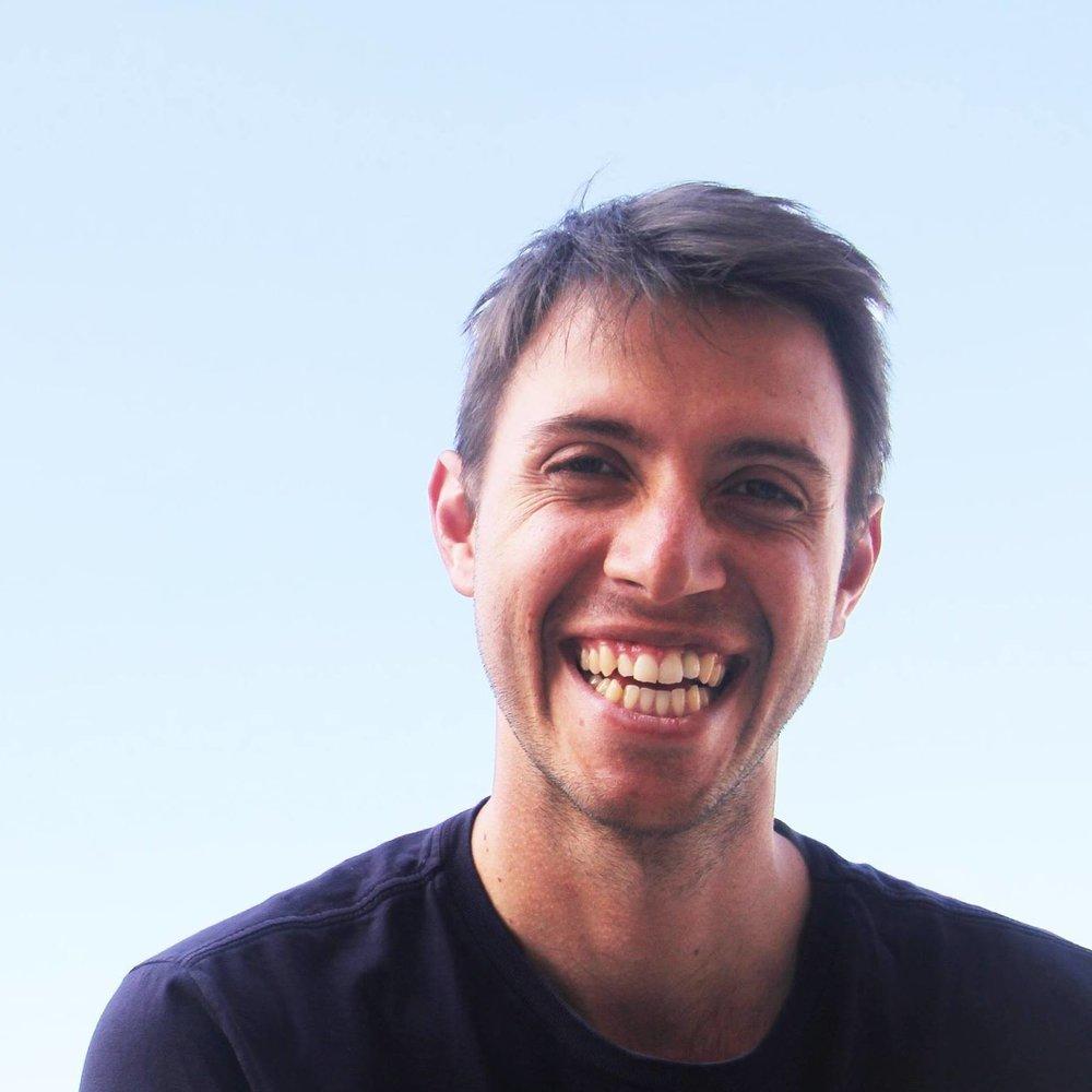 Ale Lopes   Se convirtió en instructor de meditación después de una temporada en la India. Por los últimos 10 años, viaja por Brasil enseñando las técnicas que aprendió para miles de personas. Surfista de alma, amante de tablas antiguas y surfea por las costas de Sao Paulo desde 1999.