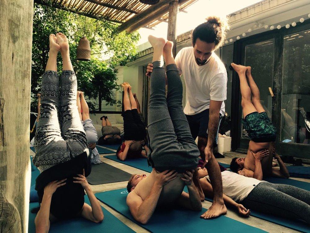 YOGA NA NATUREZA - Nós focamos em um Flow de Yoga que é suave e energizante, seguido detécnicas de respiração e meditações profundas diariamente para nosconectarmos com nós mesmos.