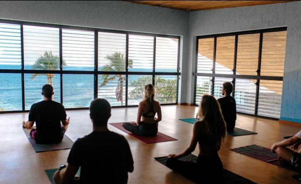 Yoga con vista al mar - Todos los días tendremos sesiones de yoga, pranayam y meditacón con vista al mar directo desde nuestra academia.
