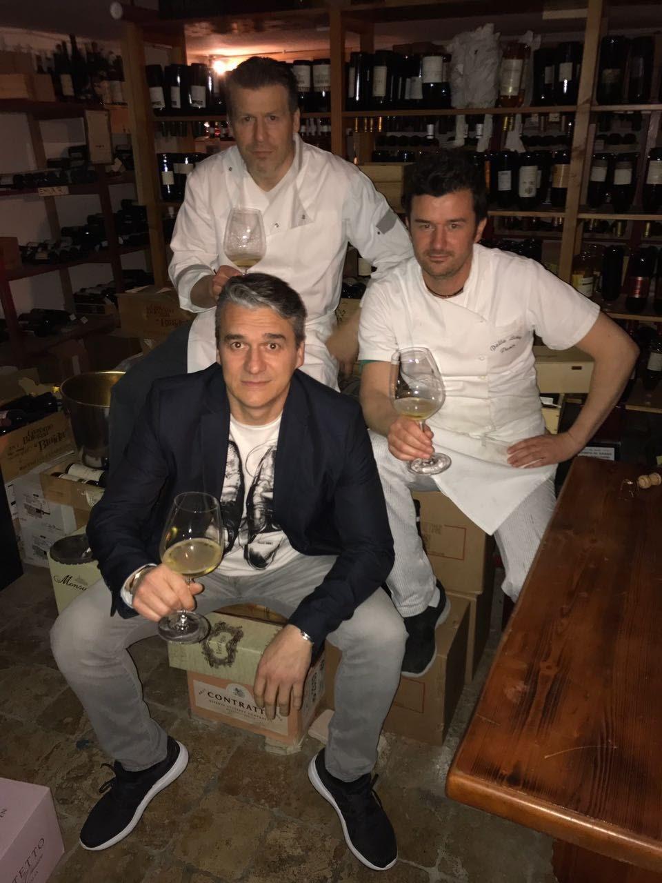 I tre fratelli: Andrea (in alto)è il cuoco,Paolo (a destra) lo aiuta in cucina e Luca (in giacca)tiene i conti