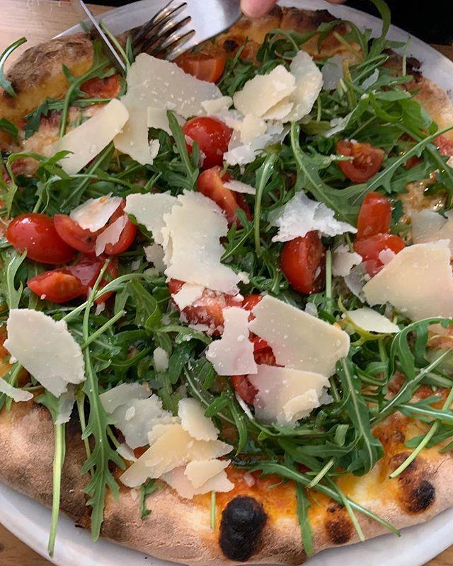 la magnifique et fraîche Italia Pizza !! Elle a l'air bonne non? Aussi, notre frère est venu nous voir de Barcelone 💪🏼 🌟 HAPPY FRIDAY LES AMIS 🤗 🎉 - - - #pizza #lausanne #freshingredients #bio #foodie #family #brothers #love #friday #friyay #party