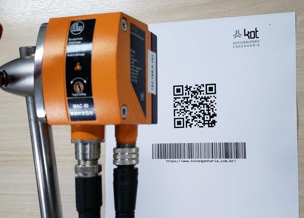 Câmera de visão computacional posicionada para detecção do código QR.