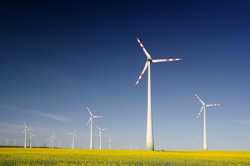 Várias turbinas eólicas em um campo amplo - KOT Engenharia