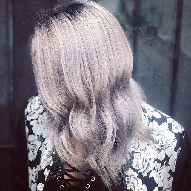 👑👑Rooted blonde by @hairslayerofficial . . .  #rockpaperla #schwarzkopfpro #schwarzkopfusa #davinessalon #lahair #lahairstylist #echoparkhair #dtla #echoparklake #balayagehighlights #balayagedandpainted #unicorntribe #modernsalon #behindthechair #beautylaunchpad #bleachedhair #lacolorist #shadowrootblonde #silverhair