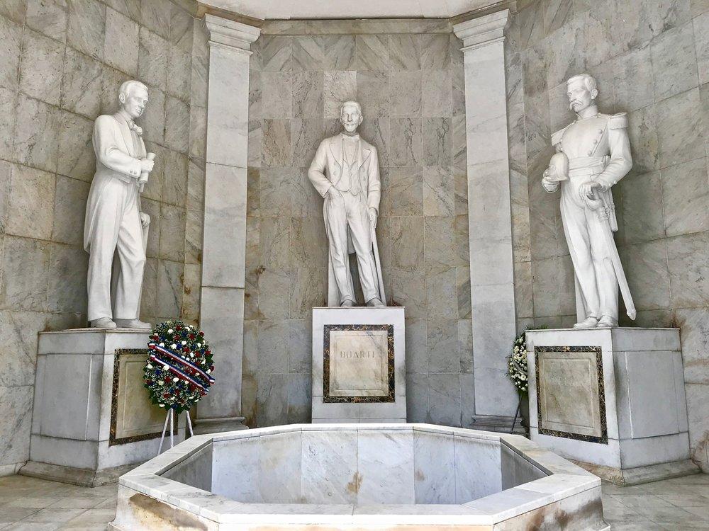 Altar de la Patria Statues.jpg