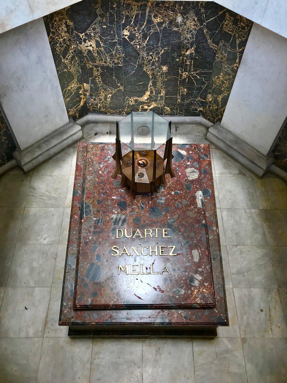 Altar de la Patria Tomb.jpg