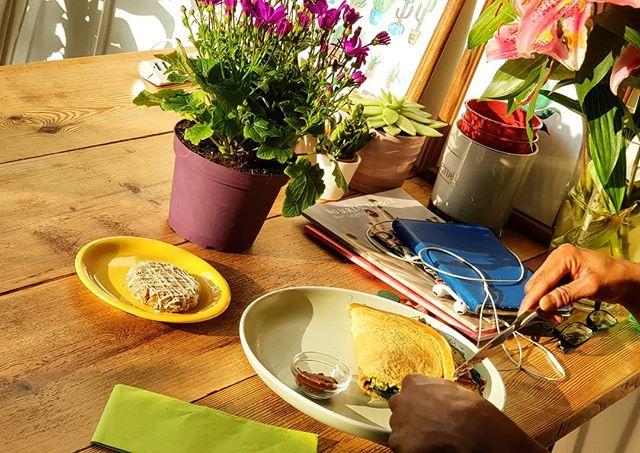 Tranquil afternoons at Communitea 🌼 🍽️ 💛  #plantbased #vegan #sunshine