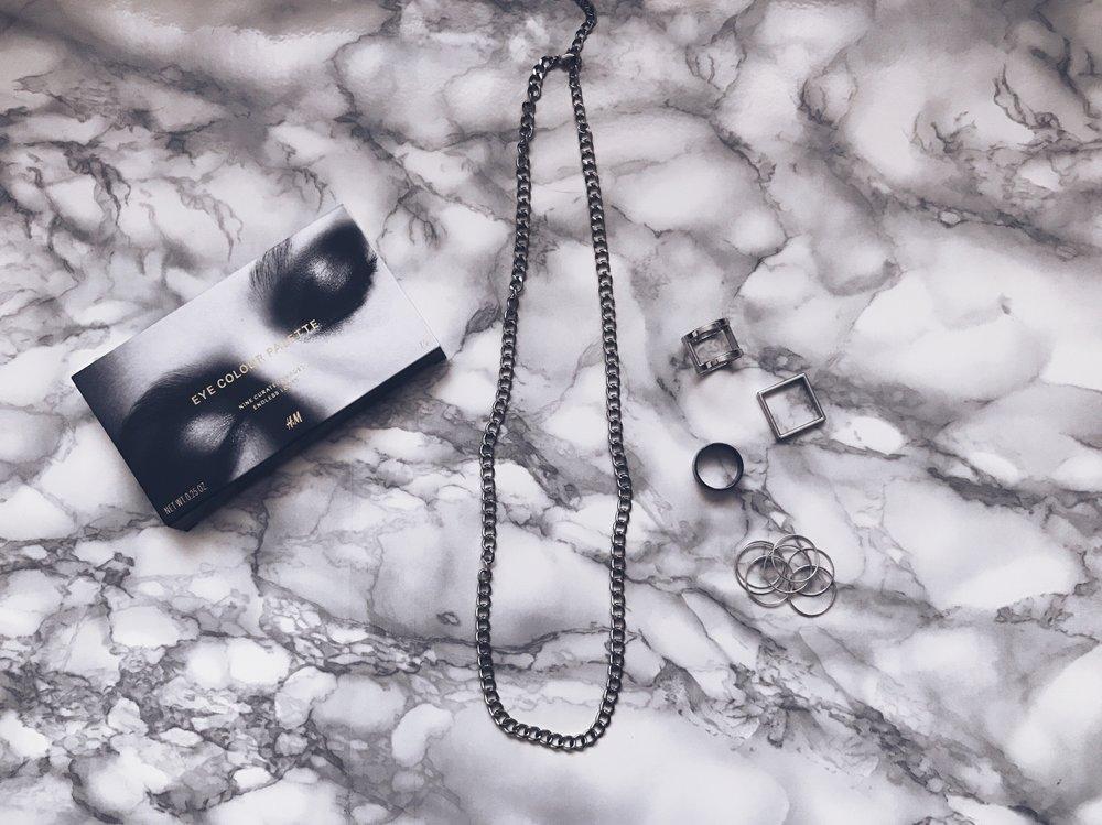 Сенки за очи: H&M    Пръстени: H&M    Верижка: Terranova