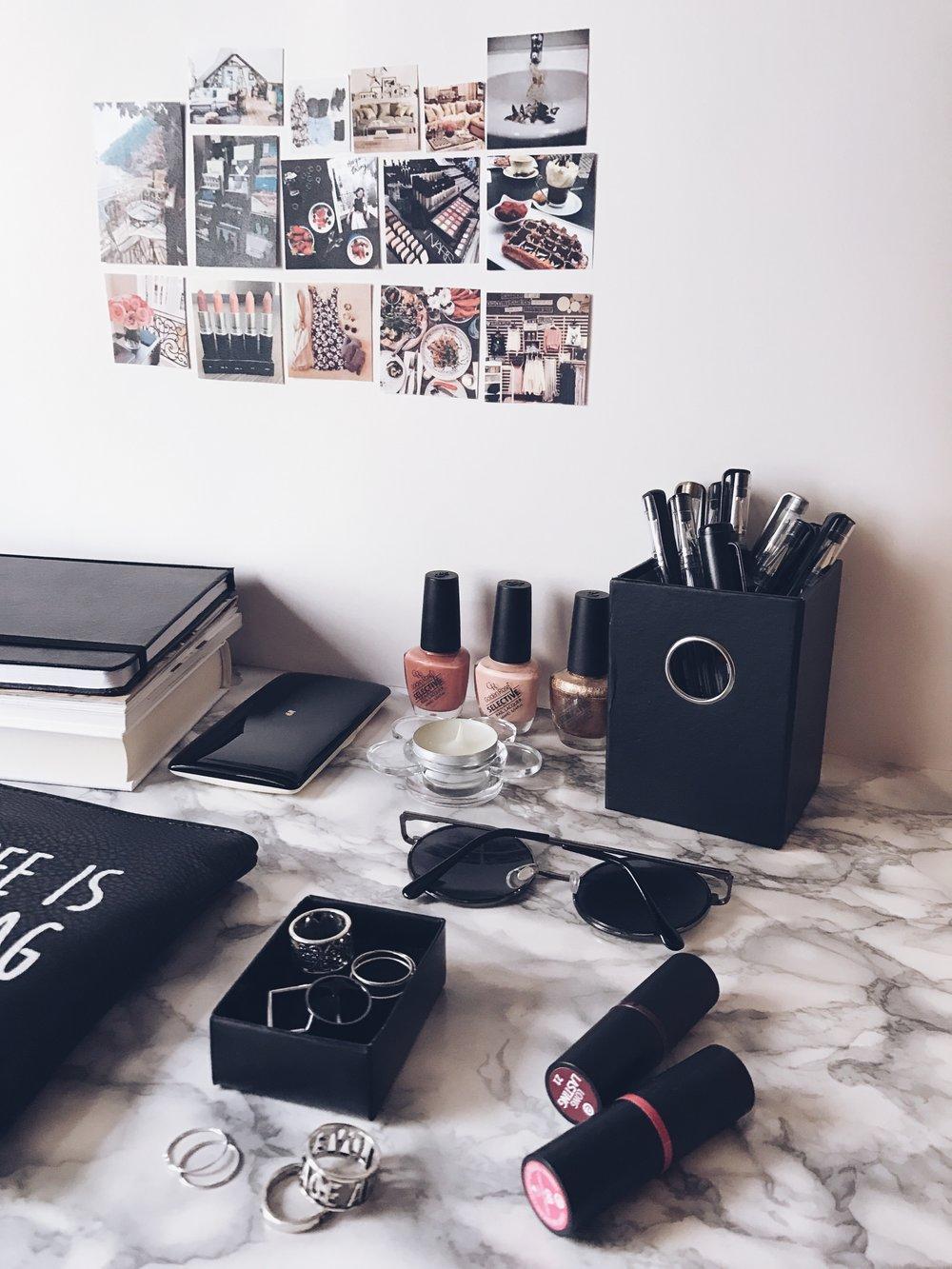 Тефтер: Moleskine    Очила, Пръстени, Сенки за очи: H&M    Козметична чантичка: Tally Weijl    Лакове за нокти: Golden Rose Cosmetics USA    Червила: Essense Cosmetics USA