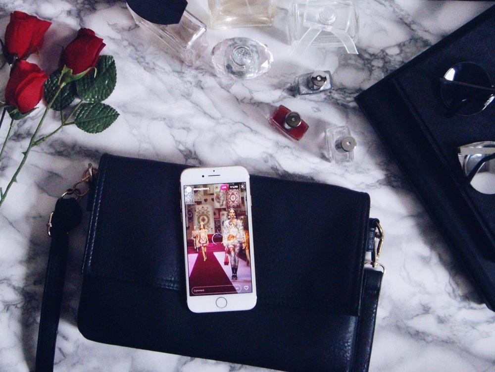 Парфюми: Versace, Calvin Klein, Betty Berclay, Nine West  Лакове за нокти: Golden Rose  Слънчеви очила: H&M  Пръстени: H&M  Чанта: Michael Kors