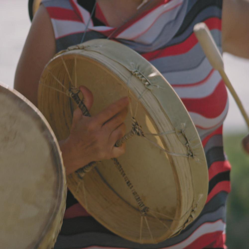 ©Terre Innue_Du teweikan a lelectro_Cheryl Moe et Joseph jouent du tambour.png