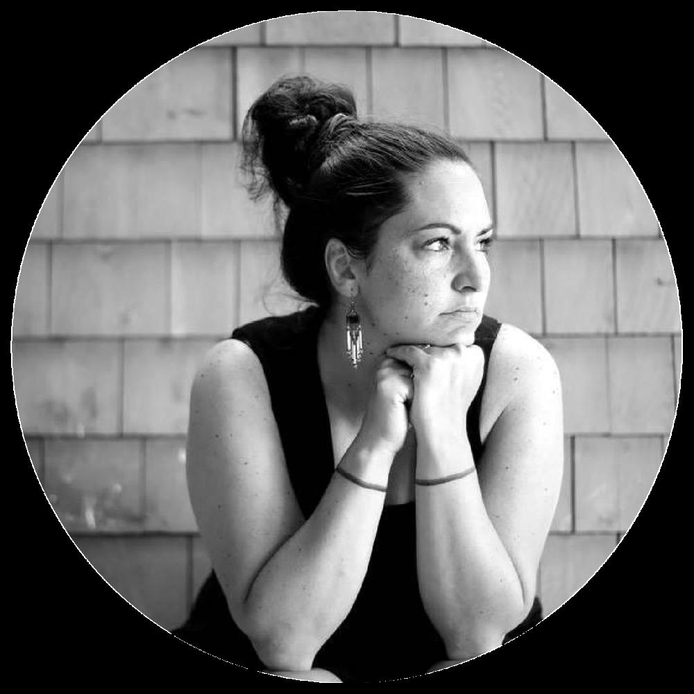 Kim O'Bomsawin, Administratrice    Réalisatrice & Productrice exécutive chez Terre Innue   Kim O'Bomsawin a complété une maîtrise en sociologie avant d'entreprendre sa carrière de cinéaste-documentariste. D'origine abénakise, elle a collaboré au développement et à la réalisation de plusieurs documentaires (séries et unitaires). qui ont tous été remarqués. Plus récemment, elle a scénarisé et réalisé le long métrage documentaire  Ce silence qui tue  sur les femmes autochtones assassinées et disparues au Canada (Canal D et APTN) et le documentaire  Du teweikan à l'électro  (Radio-Canada / ARTV / CBC North), qui propose un retour aux sources de la musique des Premières Nations à travers le portrait de trois jeunes artistes.  Elle travaille en ce moment à la réalisation de plusieurs projets de longs métrages documentaires sur des sujets variés, dont un sur la justice autochtone (Radio-Canada) et un autre sur l'enfance (ONF).