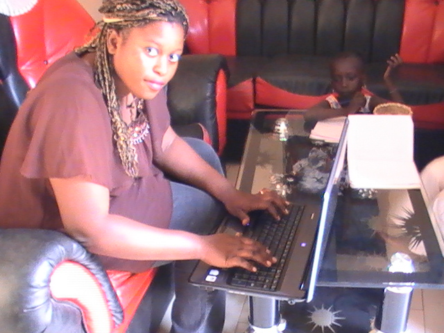 Young woman in Dakar, Senegal on her laptop looking for a job (www.codeinnovation.com)