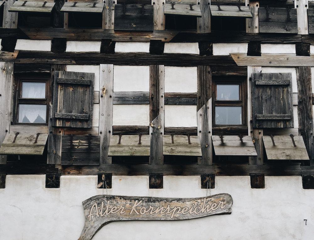 Kornspeicher Straupitz /   ca. 1798 erbaut, heute gefüllt mit antiquarischen Zeitzeugen, eine Töpferei mit Ladengalerie und ein Begegnungsraum mit gemütlicher Kaffee & Kuchenatmosphäre /   Mehr Infos hier.