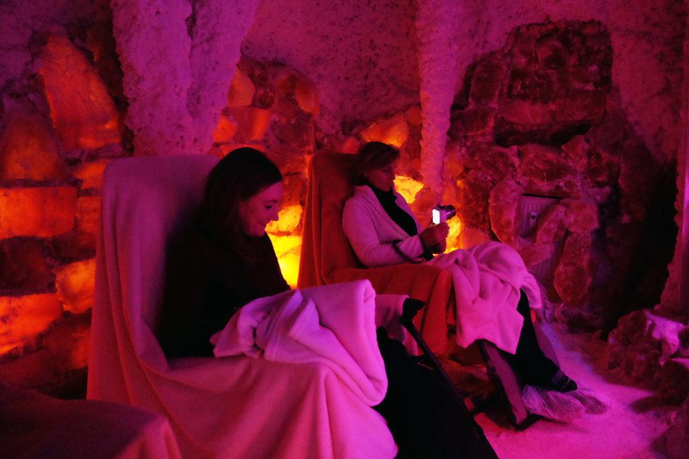 S alzgrotte Burg  / Entspannung pur in 45 min / ausgekleidet mit Salzsteinen aus dem Himalaya strahlt die Grotte ein beruhigendes, harmonisches Licht aus, wohltuend bei Allergien und Atembeschwerden /   Mehr Infos hier.