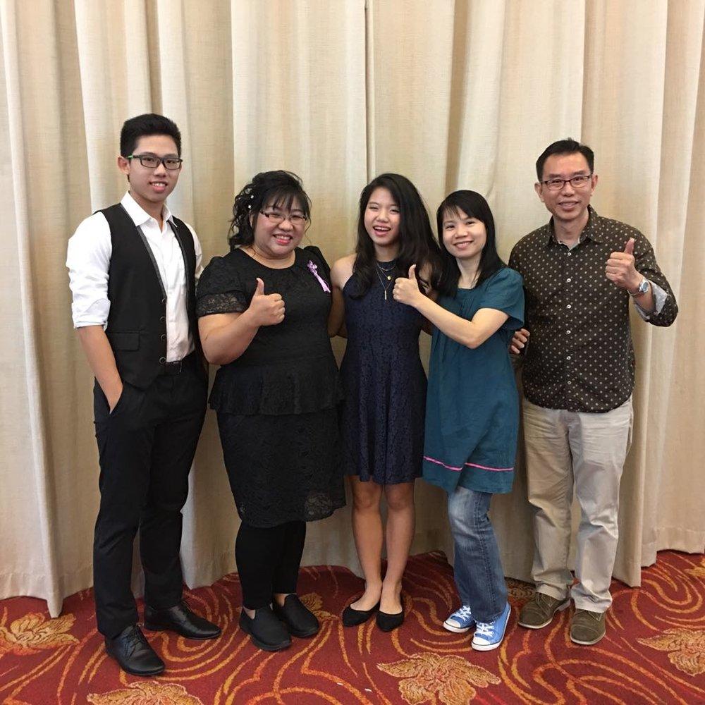 从左到右:洪见旭(小提琴乐手)、李宗矜(演唱者)、洪嫣嬣(电子钢琴乐手)、两位乐手的父母亲(广论学员)