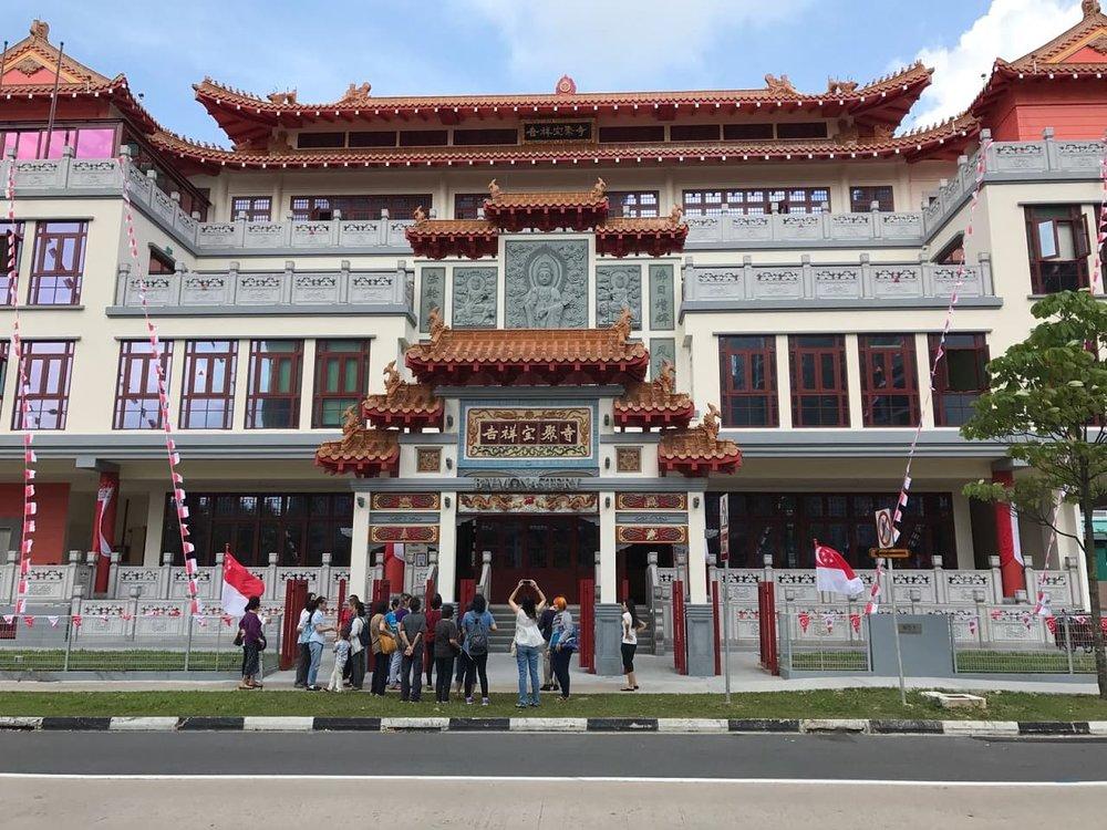 14广009C班同学集合在三门前等候导览员来给他们上课。