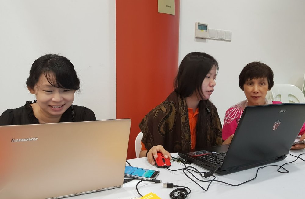 陈宗燕(左一)、许慰欣(左二)、李慧玲(右一)
