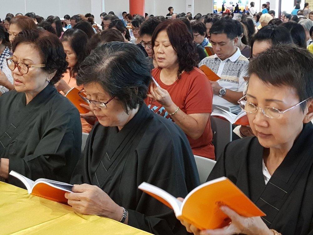 信众享用午餐后在比丘尼法师带领下,接着恭诵地藏经卷下卷。