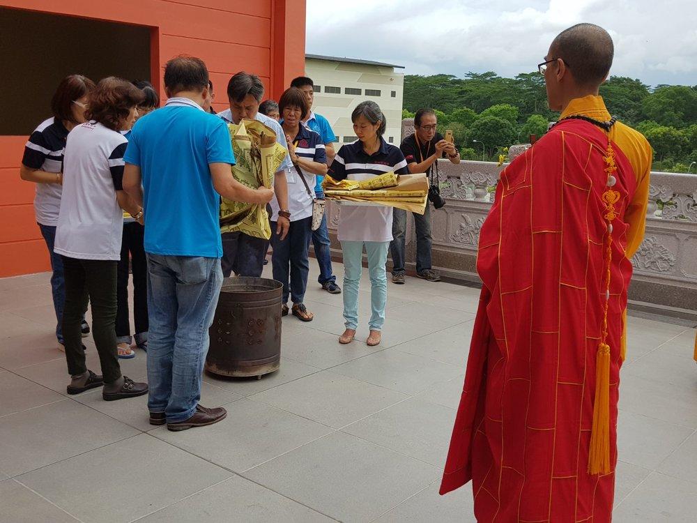 法会即将圆满,义工们忙着取下超荐单,在诵经中在寺院外慢慢地焚化