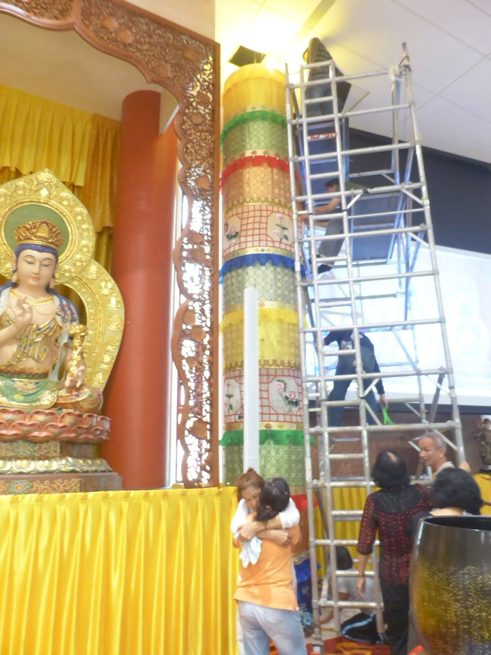 大家看到大幢终于在2017年8月5日矗立在吉祥寺的三尊大佛的两旁供养佛菩萨时,都喜极而泣!