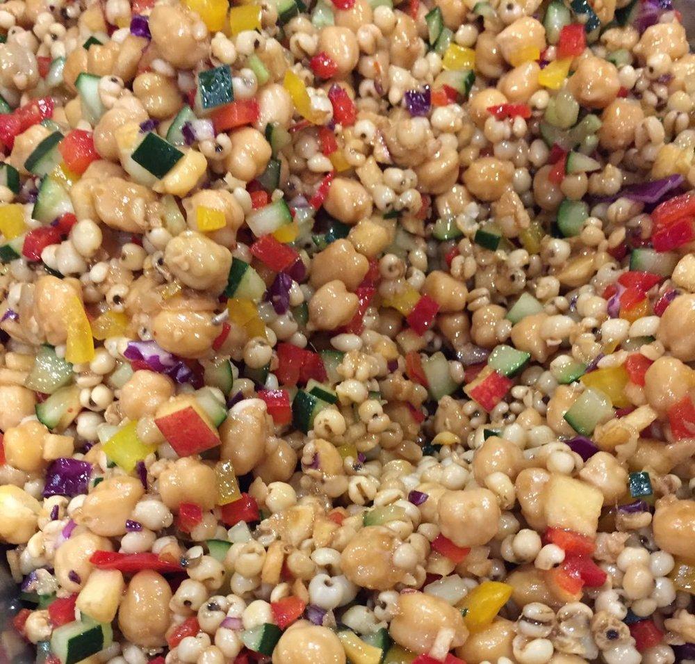 五谷杂粮点心 材料:鹰嘴豆、有机米、苹果、苦瓜、灯笼椒、姜丝、苦菜油、味噌、凤酱