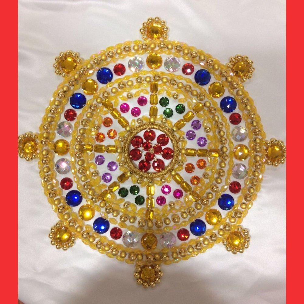 美华同学的作品——闪烁耀眼的水钻水晶制作成一个法轮的款式缝在幢的底部