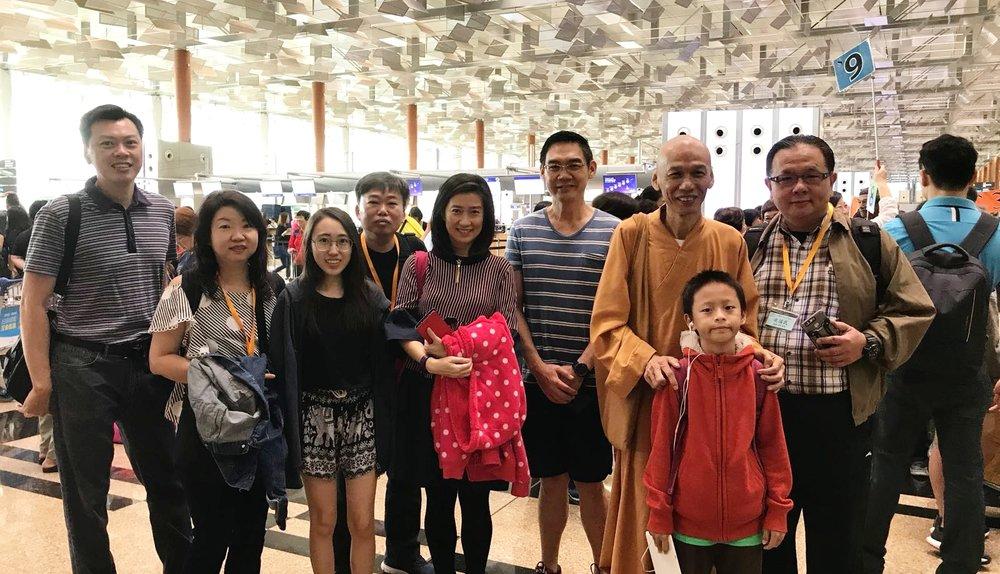 道慈法师亲临樟宜机场为远赴台湾请法的同学打气!