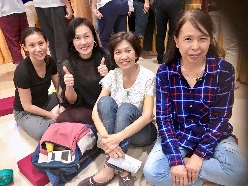 黎丽莲(最左边黑衣束发)与吉祥寺学员欢喜合影。