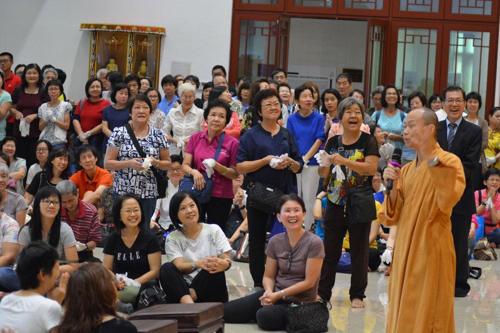 早上 8.30,净远法师到现场策励大家发起一个恭敬清净广大意乐迎请《三藏》祈愿正法久住。