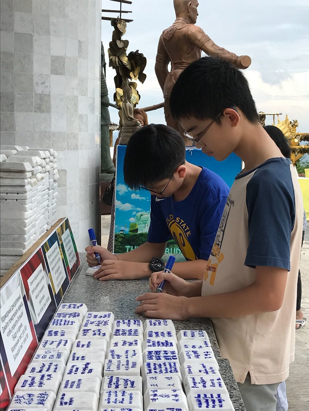 孩子们签瓦祝福寺院——正法久住