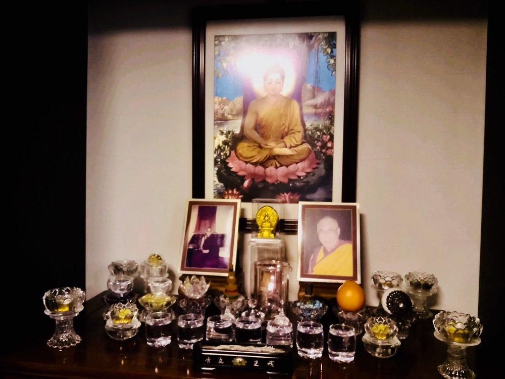 探丧时,余师兄的遗孀桂花师姐带我们去余师兄生前所住的房间,她告诉我们他生病时每天还是很用心的做八供、抹擦八供盘具时缘念供养等。