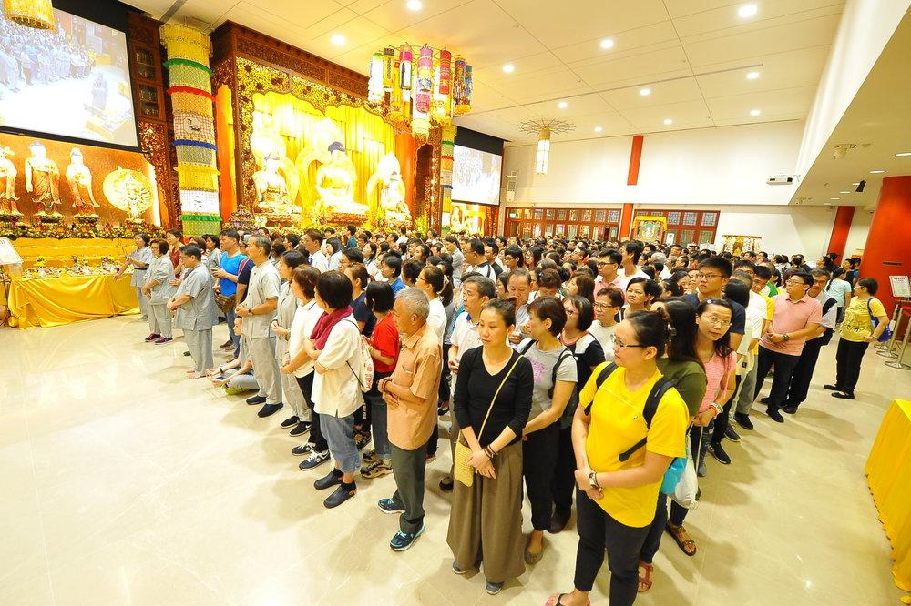 """在佛陀诞辰日参加""""三步一拜""""的信徒挤满殿堂,对佛陀虔敬的心令人赞叹随喜!"""