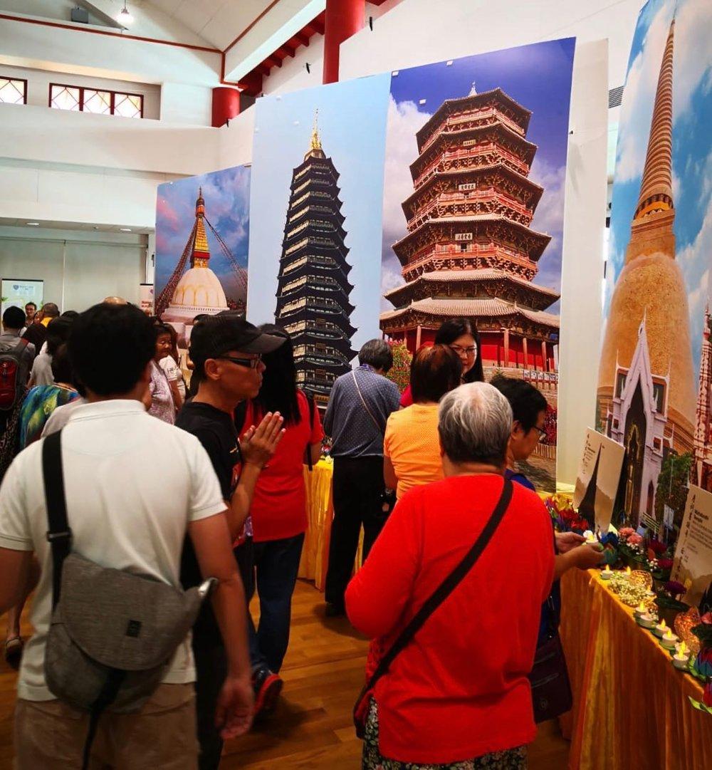 四楼的佛塔群展也吸引非常多的信众驻足参观,听解说员娓娓道来每一座佛塔的渊源。