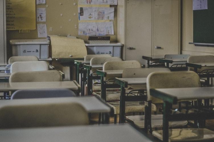 每逢星期二晚上,第一个到达课室的话,我都要把每张桌子擦干净,尤其把上课的白板擦亮,像擦干净我的心一样。 -