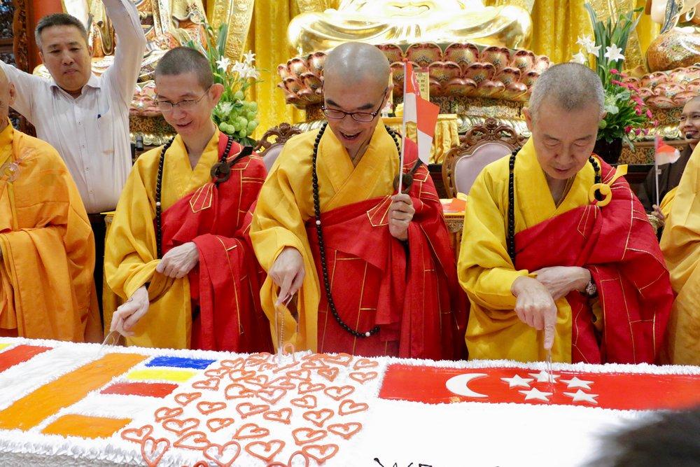 """吉祥宝聚寺的法师们齐聚一堂一起举刀庆祝""""一周年生日""""!"""
