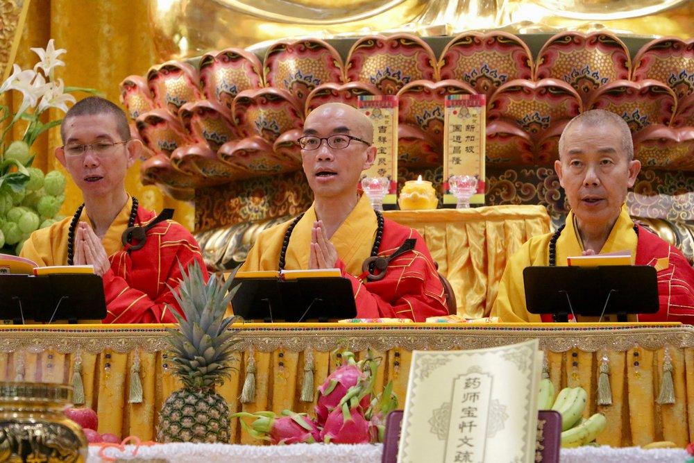 大家专注虔诚地唱诵《药师经》,在拜愿、上供下施的梵呗声中圆满整场庄严而温馨的法会。
