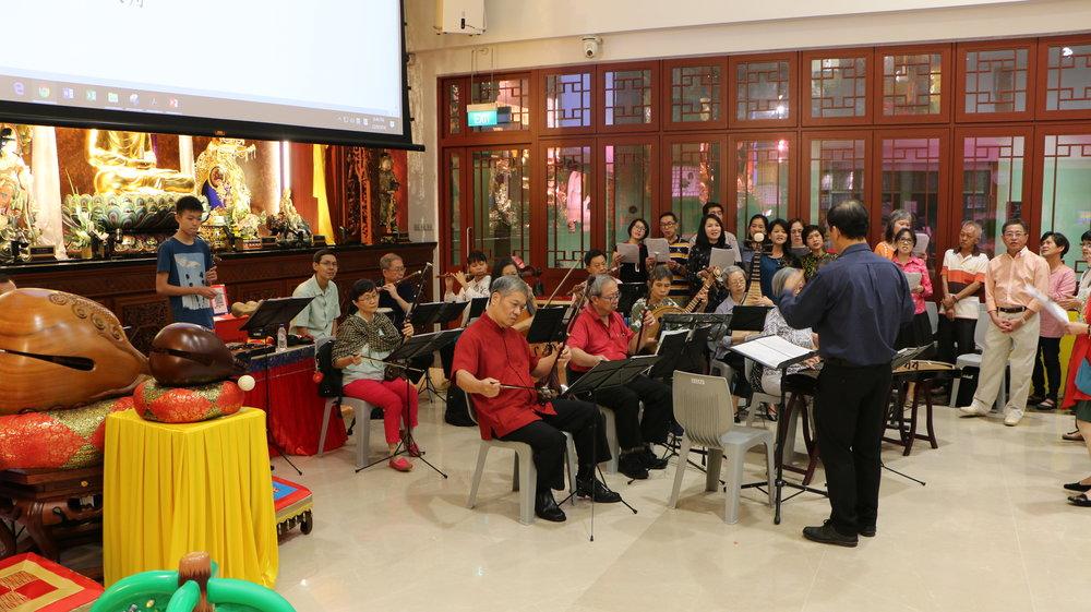 热闹精彩的华乐表演和赞颂团让大众和团员齐欢唱,感受佳节的欢乐气氛。