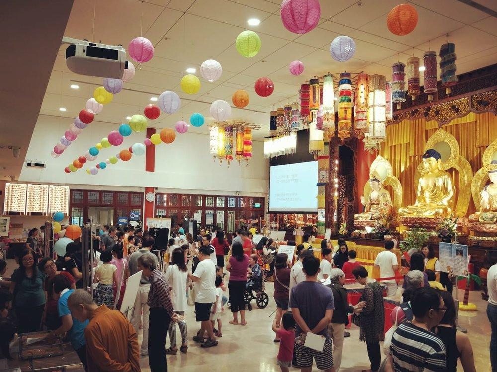 吉祥宝聚寺外,挂满了红红的灯笼,满寺灯火通明,来宾们扶老携幼, 大多数是全家出动,共同欢庆吉祥中秋节。