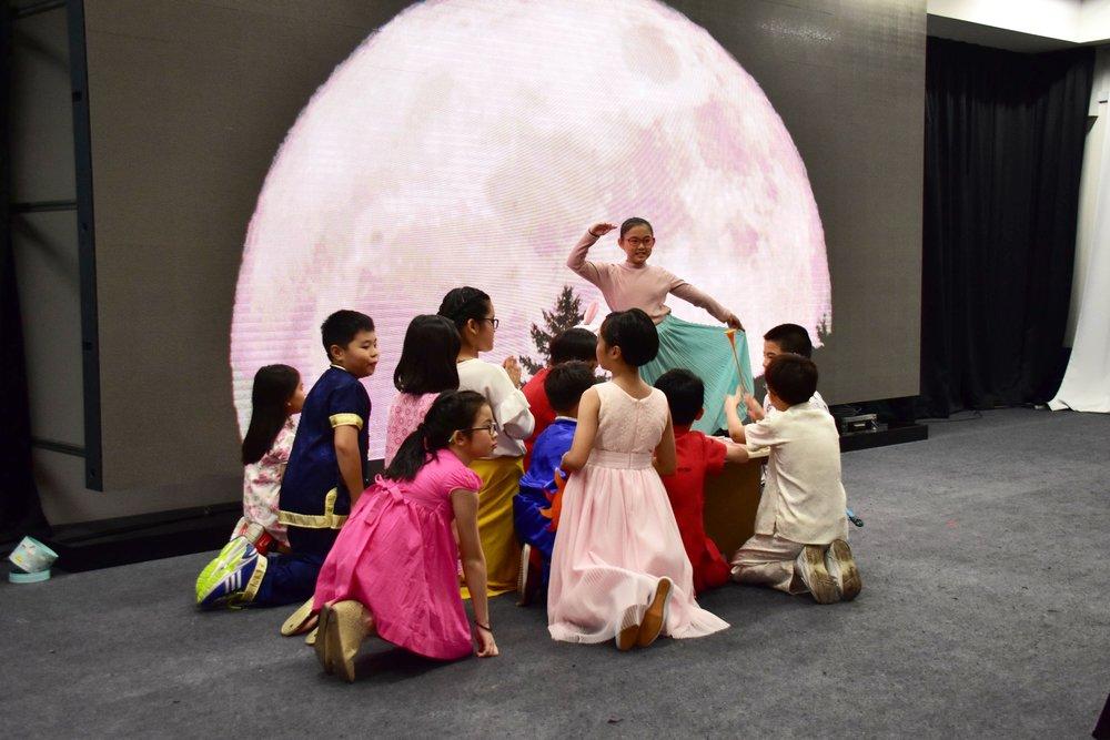 """活泼可爱的小朋友们也在台上表演""""嫦娥奔月""""话中秋,载歌载舞!"""