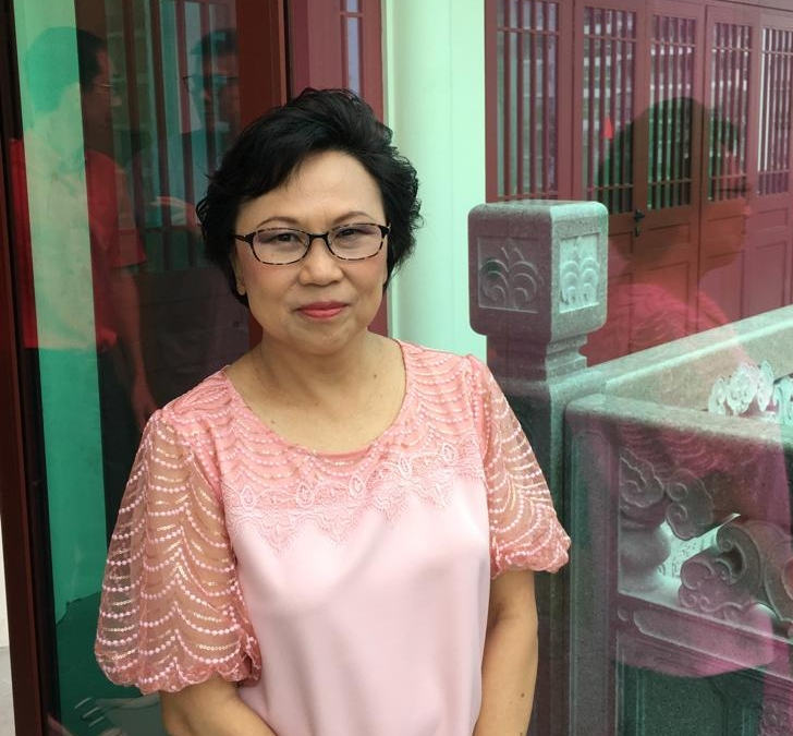 陈娟娟    17增上班074C    这次忆师恩法会看到新加坡资深同学草创广论研讨班的过程感到非常感动,那是多么艰辛,从席地而坐,到有了自己的寺院;很不容易。希望大家能体会我们背诵的二十一赞度母,可以一起生生世世、跟随师父学习佛法。
