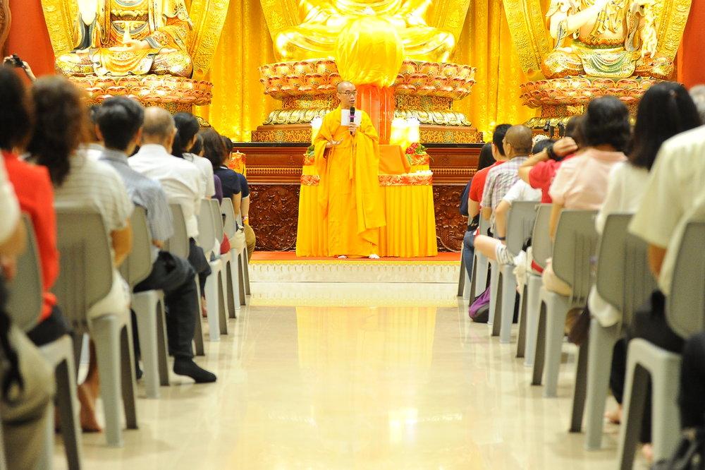 """""""亮灯仪式""""前,本思法师讲述了佛菩萨""""智慧""""与""""慈悲""""的功德。佛菩萨能任运地成办利他之心,任何人遇到困境、彷徨无助,都可藉由虔诚祈求,获得救护。"""