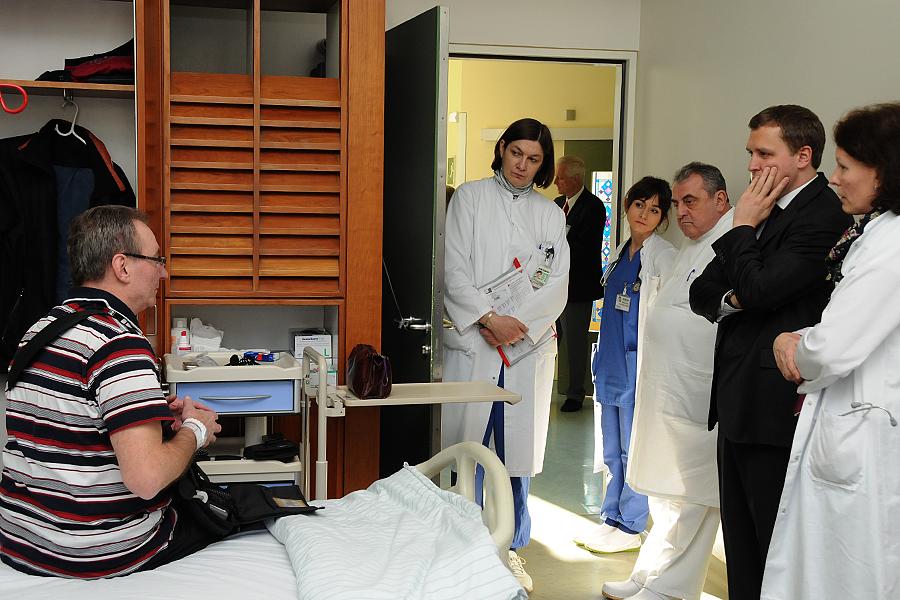 Gottfried Ludewig und Prof. Roland Hetzer im Gespräch mit einem Patienten (Bild: Nickolaus / DHZB)