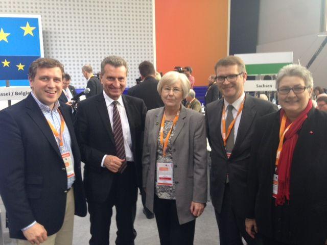 Die Pankower Delegierten Gottfried Ludewig, Helga Smolka, Stephan Lenz und Elke Hannack mit Günther Oettinger, EU-Kommissar für Energie (v. li. n. re.)