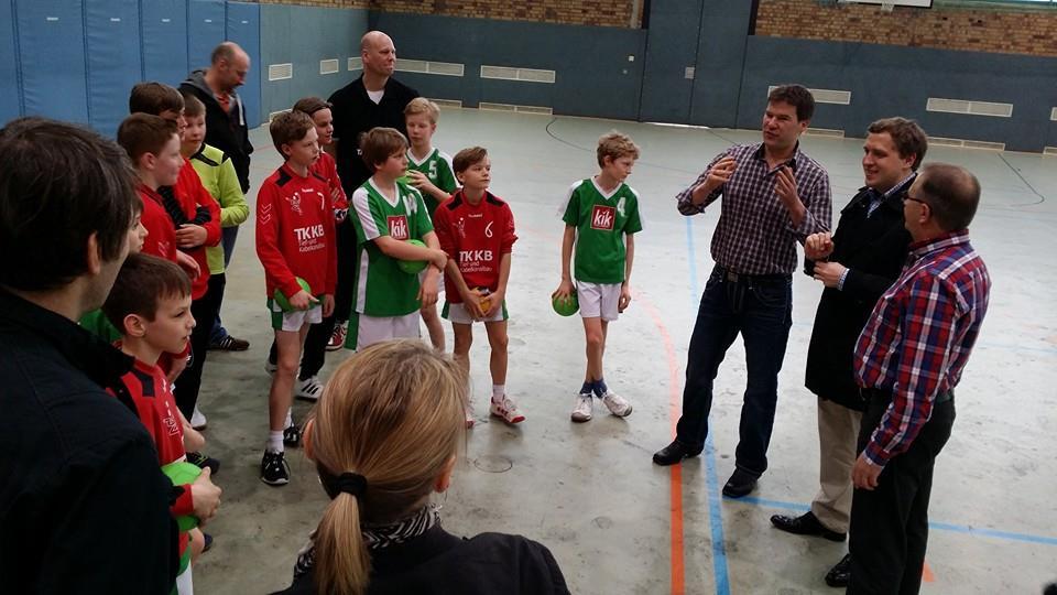 Dirk Stettner (3. v. l.) und Gottfried Ludewig (2. v. l.) im Gespräch mit den jungen Handballern des Polizeisportvereins in der Halle. Foto: Andreas Neumicke