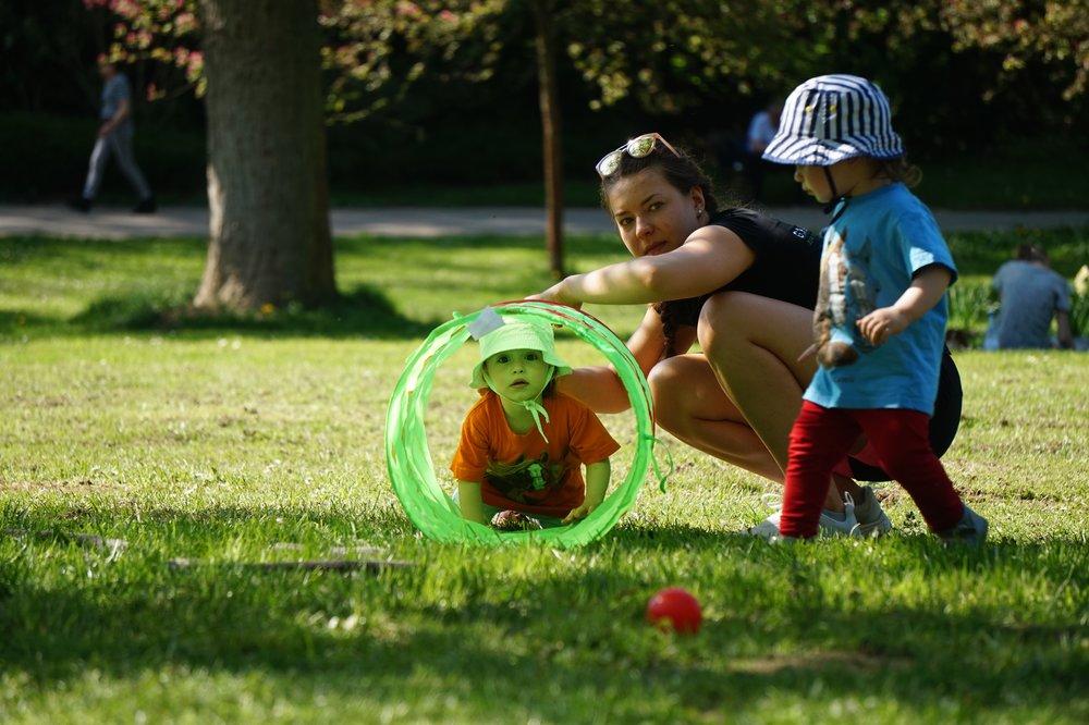 Moving Kids - Wir bringen Dein Kind in Bewegung – Turnen an der frischen Luft für Kinder ab ca. 2 JahrenSpiel und Bewegung in der Natur für die Kleinen. Die Nachfrage nach Kinderturnen ist so groß wie noch nie. Doch in der Regel findet Kinderturnen in geschlossenen Räumen wie Turnhallen und Vereinshäusern statt. Mit unserem Kurs